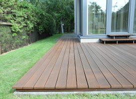 Egzotinės medienos terasa po atnaujinimo - terasos plovimas, alyvavimas