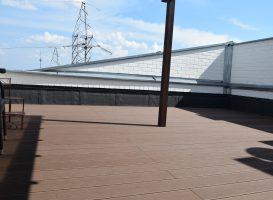 GAMRAT kompozitinė terasa sumontuota ant stogo. Tamsiai ruda spalva