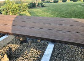 Tamsiai ruda spalva. GAMRAT kompozitinės terasinės lentos, cinkuoto metalo karkasas ir lentų tvirtinimas