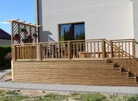 Terasa iš termo medienos su turėklais
