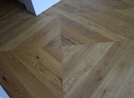 Medžio masyvo lentos panaudotos įrengiant kvadratą, klojant grindys prancūziška eglute