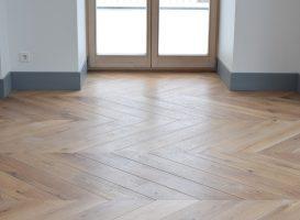 Ąžuolo masyvo grindys įrengtos prancūziška eglute