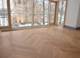 Medžio masyvo grindys. Įrengtos klijuojant prancūziška eglute