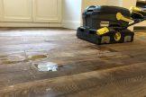 Medinių grindų atnaujinimas, plovimas