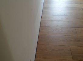 Grindys suklotos taip, kad liktų lygus tarpas tarp sienos ir lentų. Kai nesinori grindjuosčių