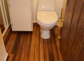 Grindys vonios kambaryje. Alyvuota tiko mediena