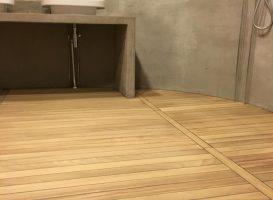 Medinės grindys vonios kambaryje