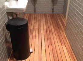 Medinės grindys tualeto kambaryje